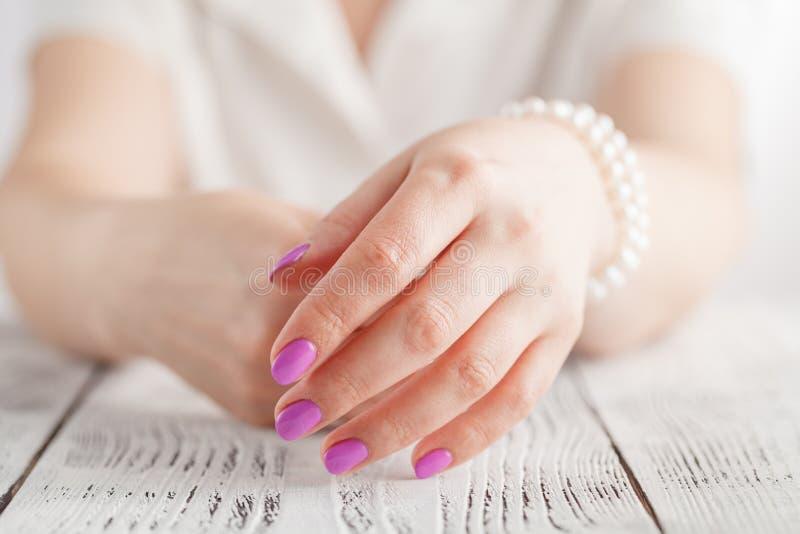 Mãos fêmeas bonitas com close up do tratamento de mãos fotografia de stock
