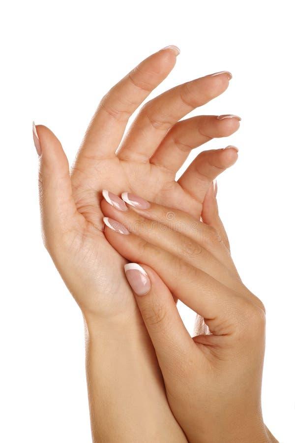Mãos fêmeas bonitas que aplicam uma massagem do skincare imagens de stock royalty free