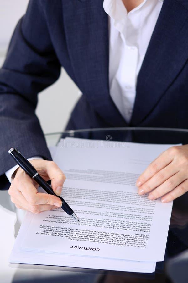 Mãos fêmeas desconhecidas com a pena sobre o documento do contrato Assinatura do acordo ou conceito do negócio fotos de stock royalty free