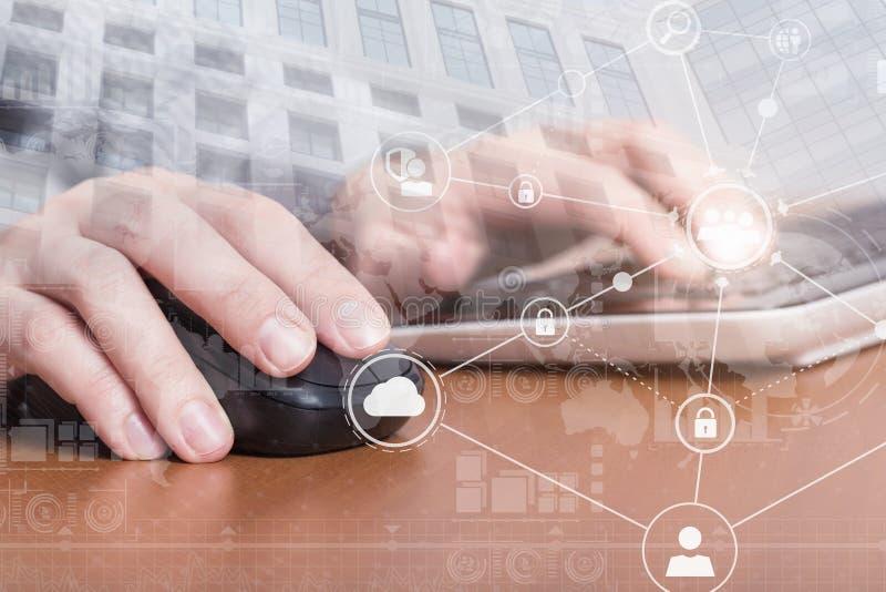 Mãos fêmeas que clicam com um rato e que datilografam no teclado de laptop Conceito da segurança do Internet imagem de stock