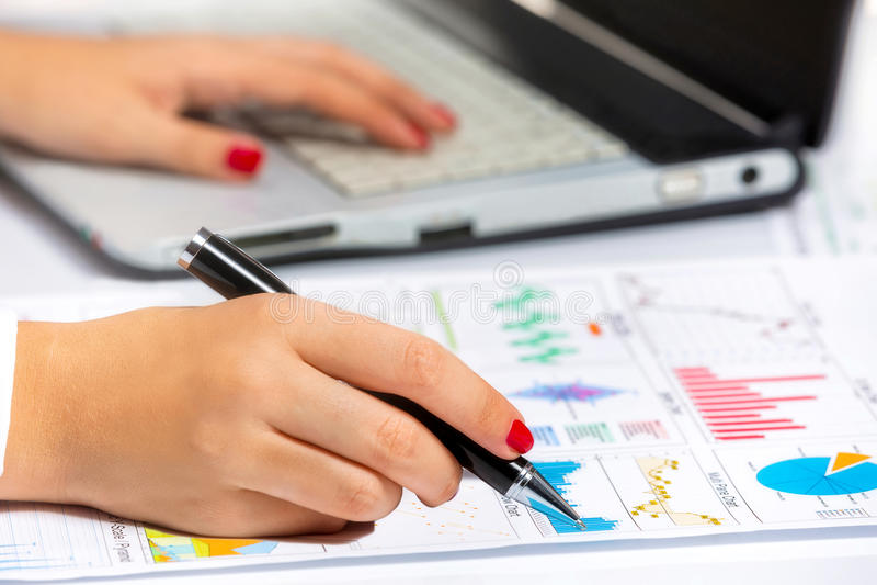 Mãos fêmeas que fazem a pesquisa sobre a tabuleta, na reunião de negócios fotografia de stock royalty free