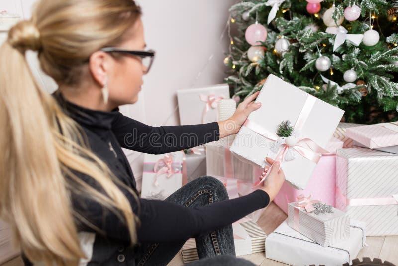 Mãos fêmeas que guardam o presente elegante pequeno com fita Feriados e conceito da celebração imagens de stock royalty free