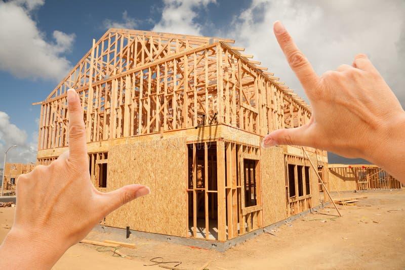 Mãos fêmeas que quadro a construção Home do frame imagens de stock royalty free