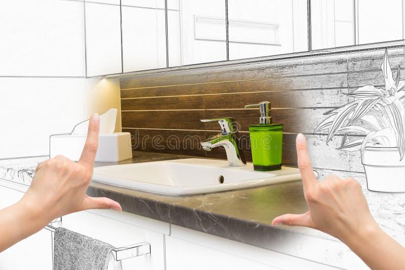 Mãos fêmeas que quadro o projeto feito sob encomenda do banheiro imagens de stock