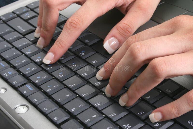 Mãos fêmeas 'sexy' no teclado imagem de stock royalty free