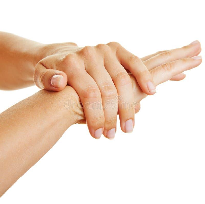 Mãos fêmeas usando a loção da pele imagem de stock royalty free
