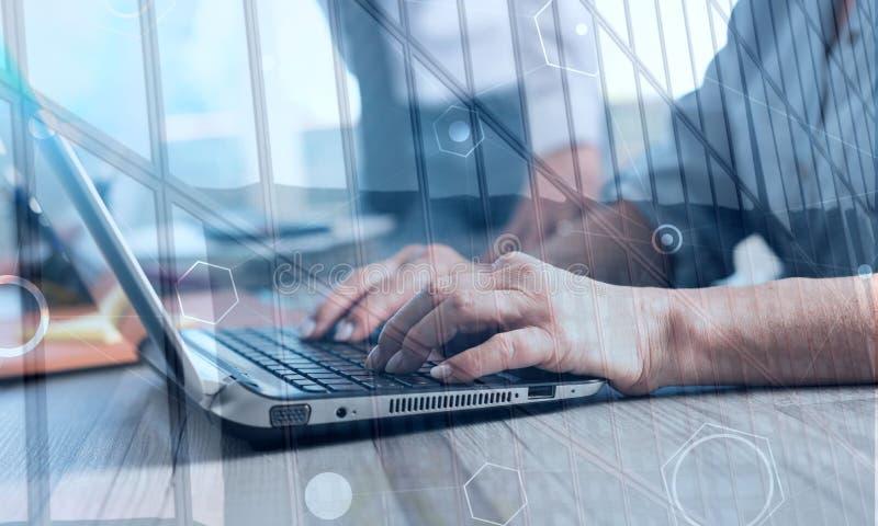 Mãos fêmeas usando um portátil, exposição dobro imagem de stock