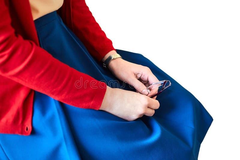 Mãos fêmeas Vidros da terra arrendada da mulher nova imagem de stock royalty free