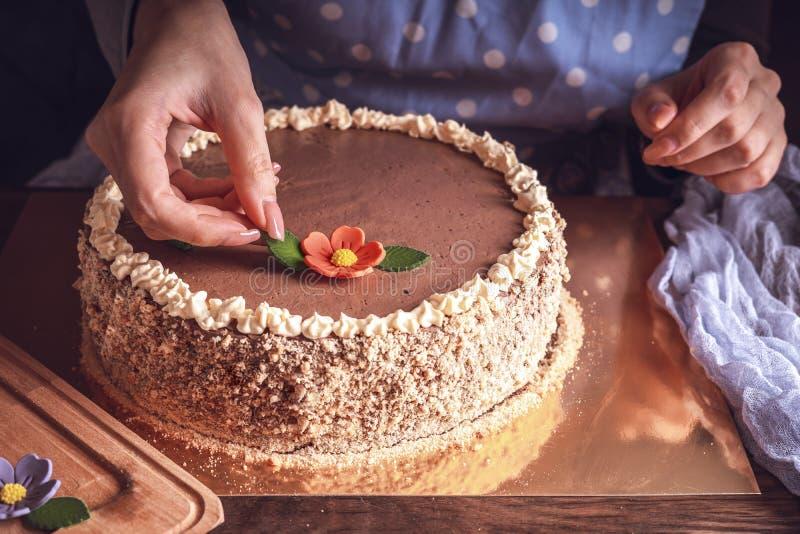 Mãos femininas decoram bolo de Kiev feito em casa imagens de stock royalty free