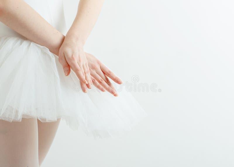 Mãos graciosas da bailarina. Conceito da luminosidade, beleza, benevolência imagens de stock