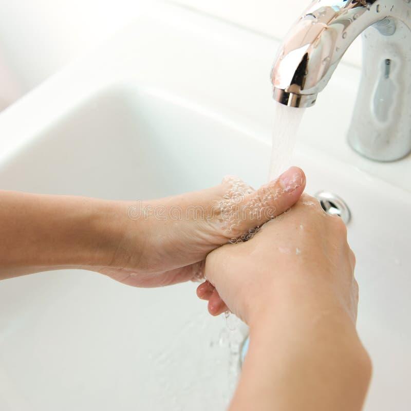 Mãos humanas que estão sendo lavadas imagem de stock royalty free