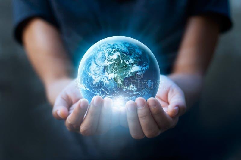 Mãos humanas que guardam a terra azul, conceito da terra das economias fotos de stock royalty free