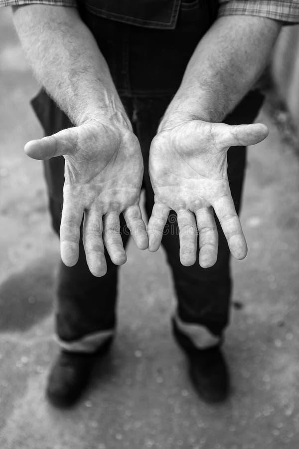 Mãos humanas que trabalham na produção carregador Pessoas de 47 anos Outd imagens de stock royalty free