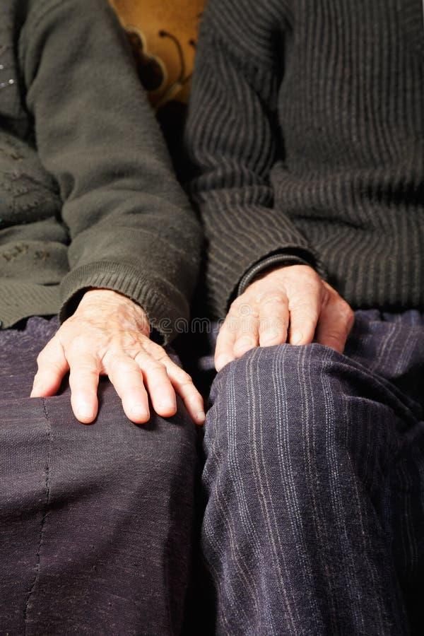 Mãos idosas dos pares imagens de stock royalty free