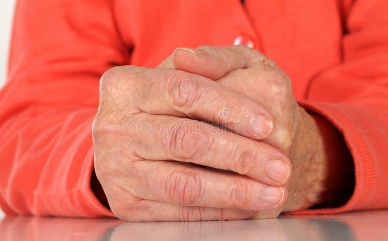 Mãos idosas enrugadas fotos de stock royalty free