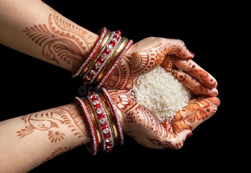 Mãos indianas com arroz fotos de stock