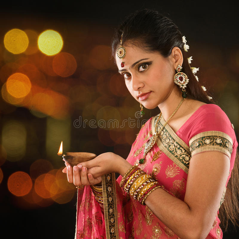 Mãos indianas da menina que guardam luzes do diya fotos de stock