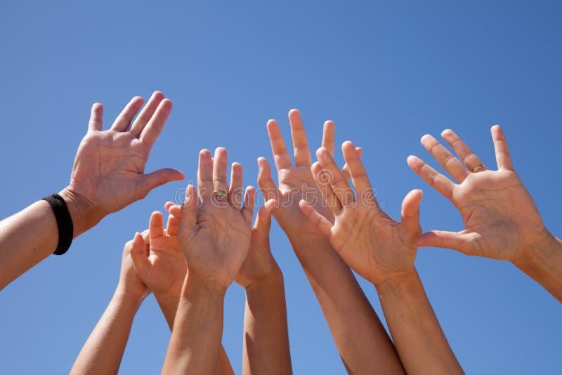 Mãos levantadas para o céu