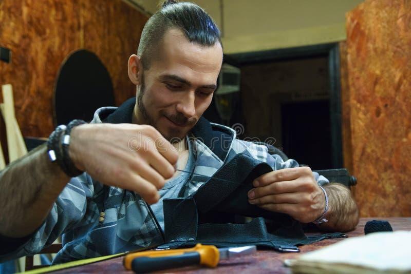 Mãos masculinas com agulha e linha fotos de stock royalty free