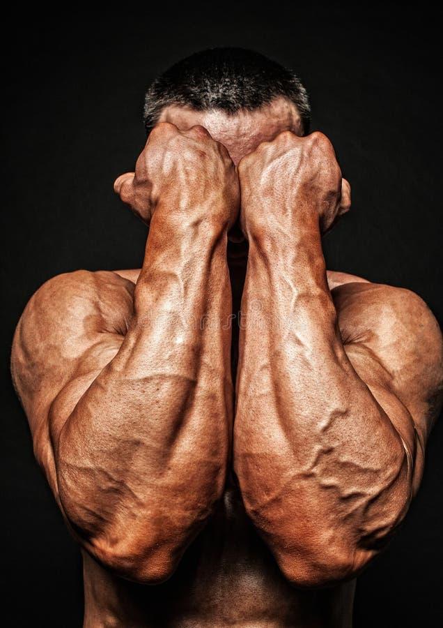Mãos masculinas do bodybuilder fotos de stock royalty free