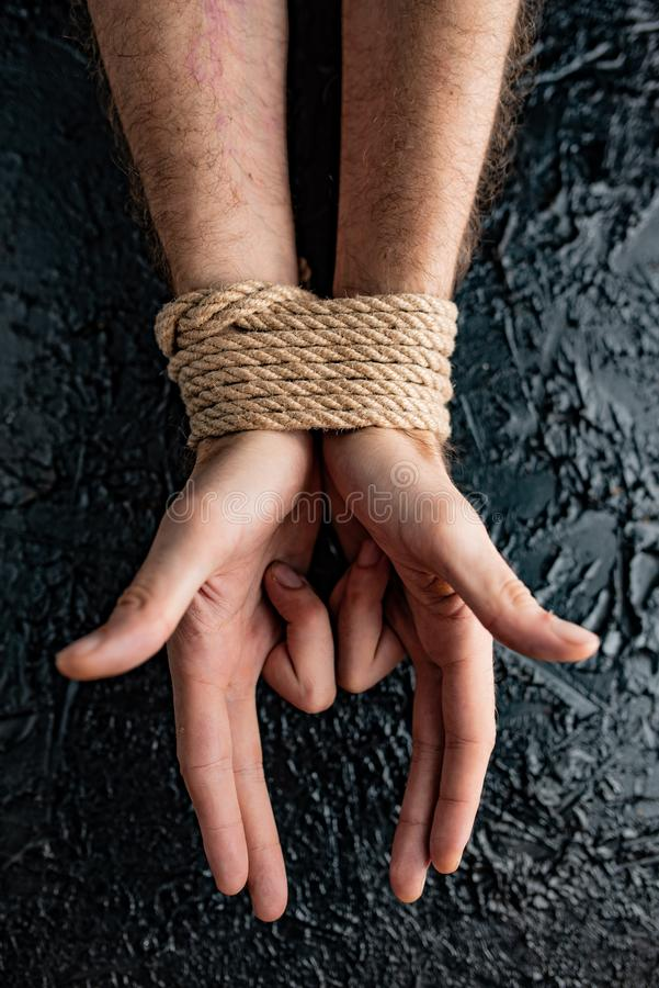 Mãos masculinas encadernadas no fundo preto foto de stock royalty free