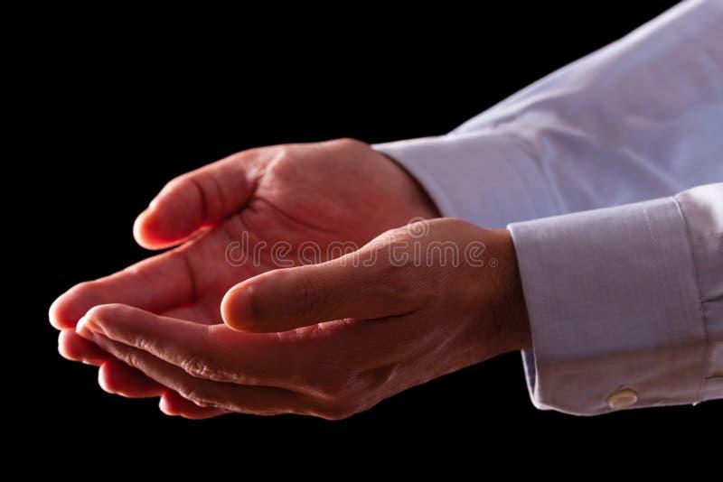 Mãos masculinas maduras do homem de negócios junto com as palmas vazias acima fotos de stock