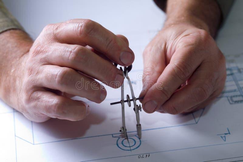 Mãos masculinas nos desenhos foto de stock