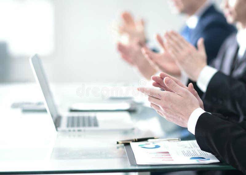 Mãos masculinas que aplaudem após a apresentação do projeto no conferenc imagem de stock royalty free