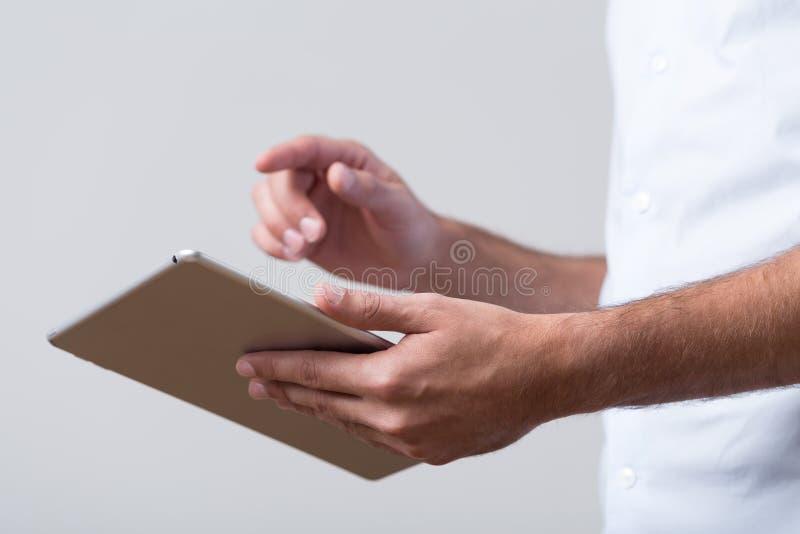 Mãos masculinas que guardam a tabuleta imagens de stock