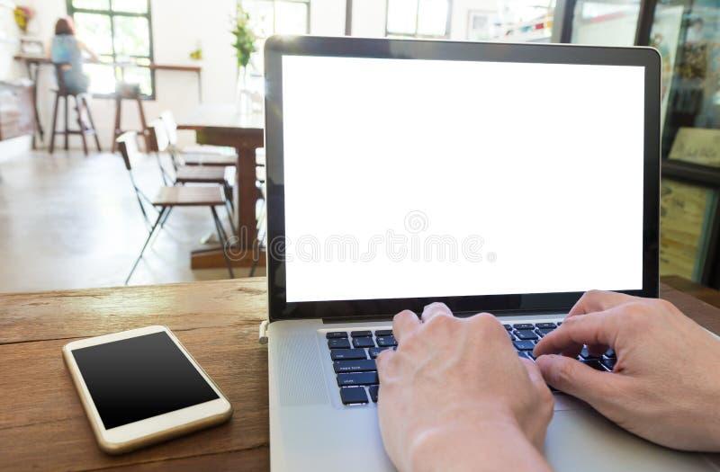 Mãos masculinas que trabalham no laptop em uma cafetaria, vazia foto de stock royalty free