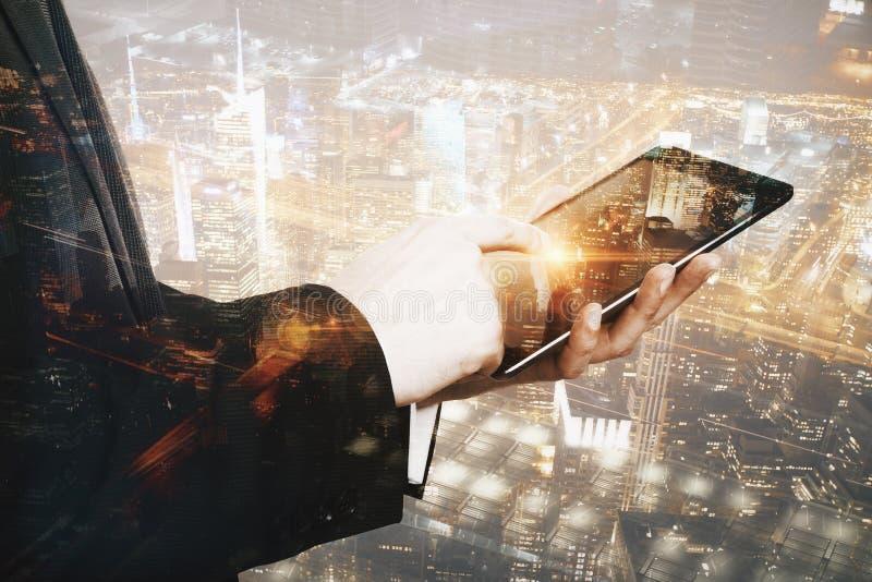 Mãos masculinas usando a tabuleta foto de stock royalty free