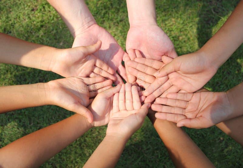 Mãos multiculturais, mãos das crianças foto de stock