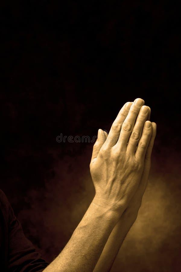 Mãos na oração fotografia de stock royalty free