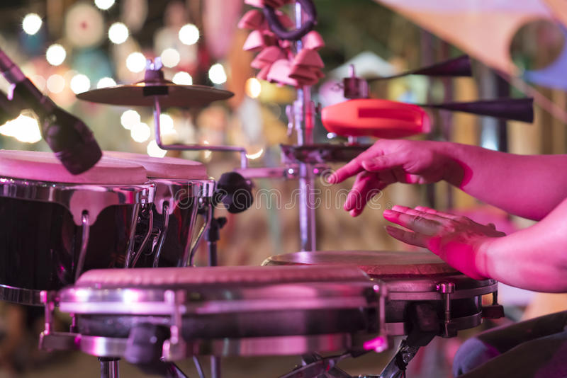 Mãos na percussão, fundo da música da rua imagens de stock