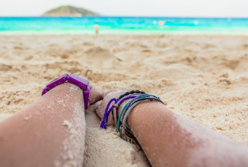 Mãos na praia imagem de stock royalty free