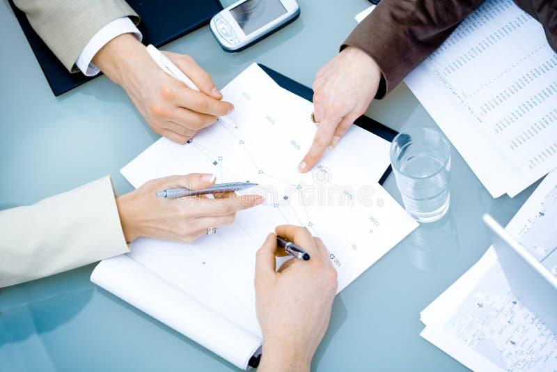 Mãos na reunião de negócio imagens de stock