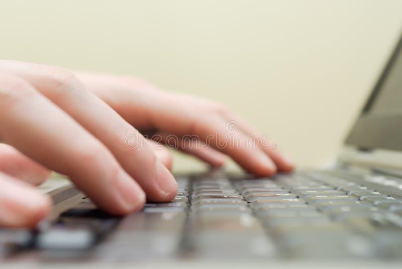 Mãos no close up do portátil fotografia de stock royalty free