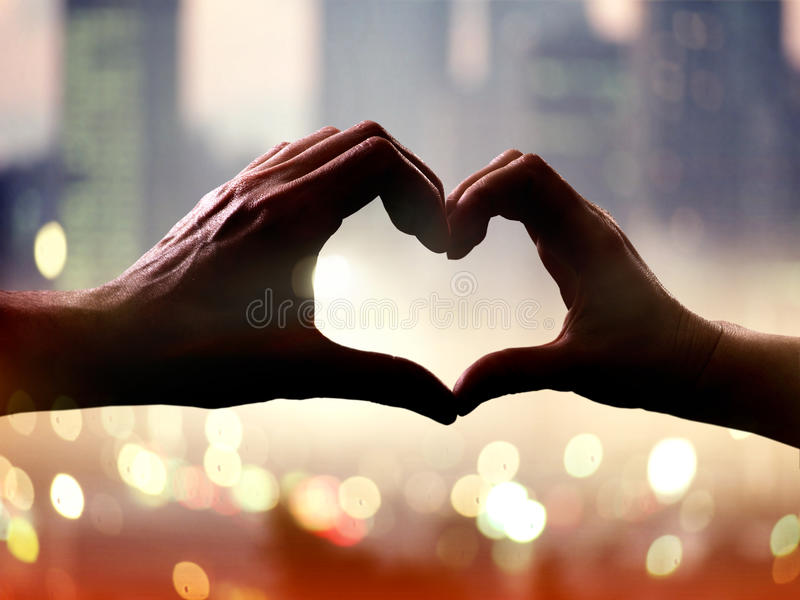 Mãos no formulário do coração imagem de stock royalty free