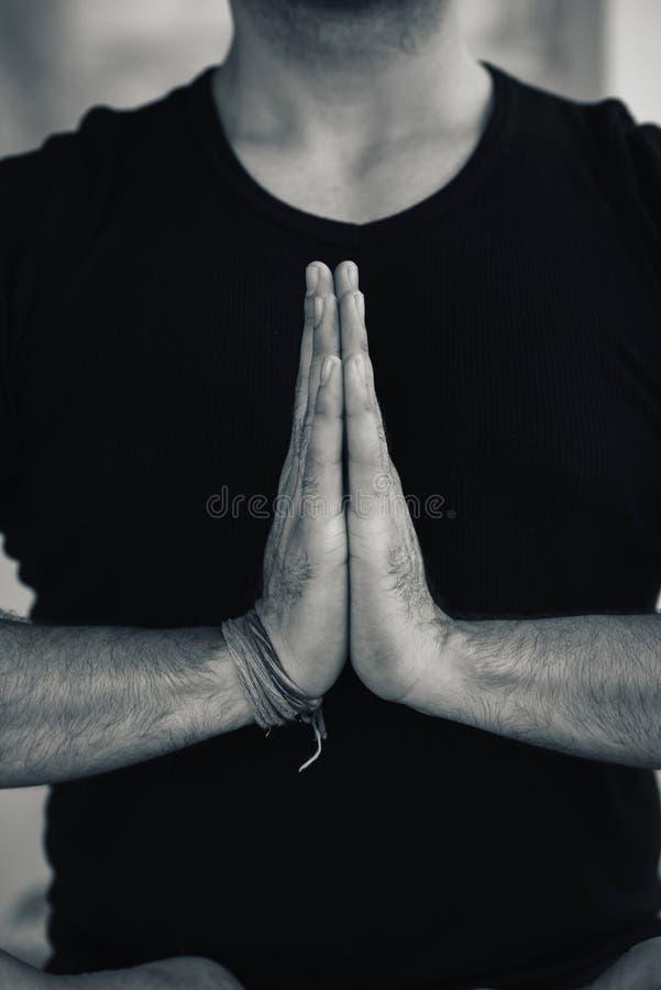 Mãos no mudra da oração de Namaste pela ioga praticando do homem indiano fotos de stock royalty free