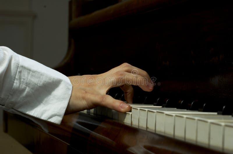 Mãos no piano foto de stock royalty free