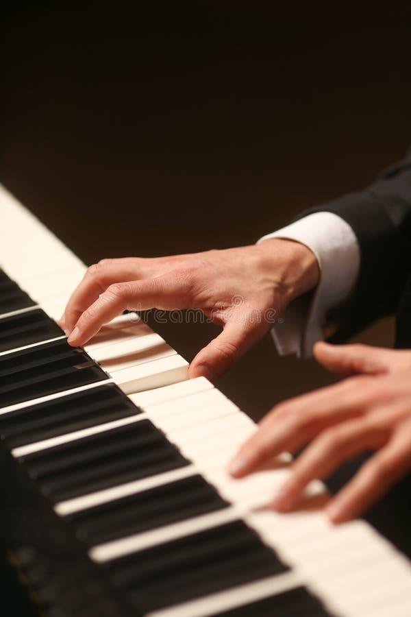Mãos no piano O pianista joga o piano fotos de stock royalty free