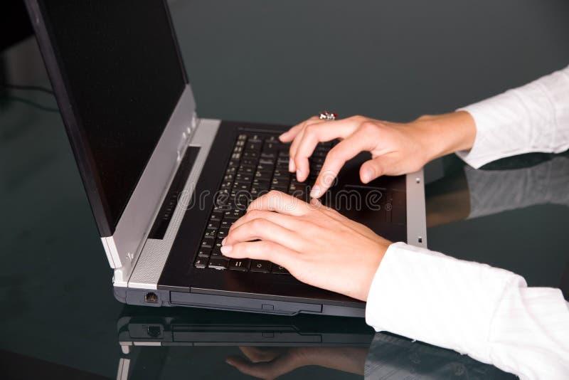 Mãos no teclado imagem de stock