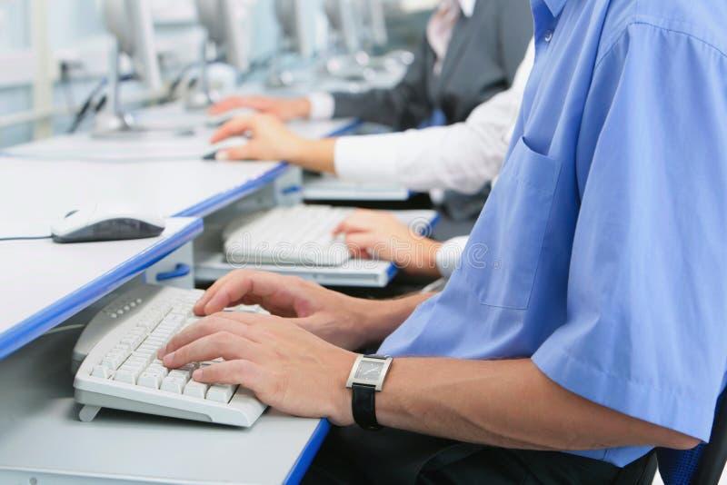 Mãos no teclado fotos de stock
