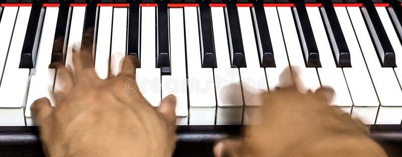 Mãos no teclado de piano