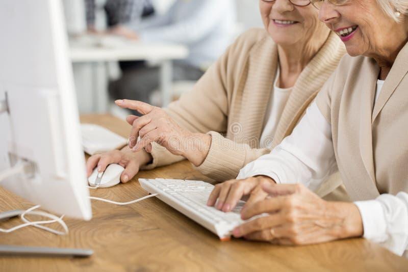 Mãos no teclado e no rato fotografia de stock royalty free