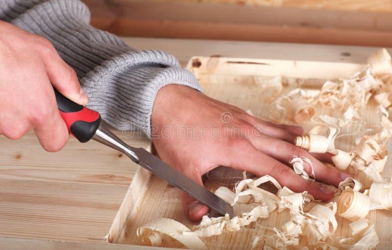 Mãos no trabalho de madeira fotografia de stock