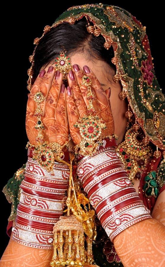 Mãos nupciais na face fotos de stock royalty free