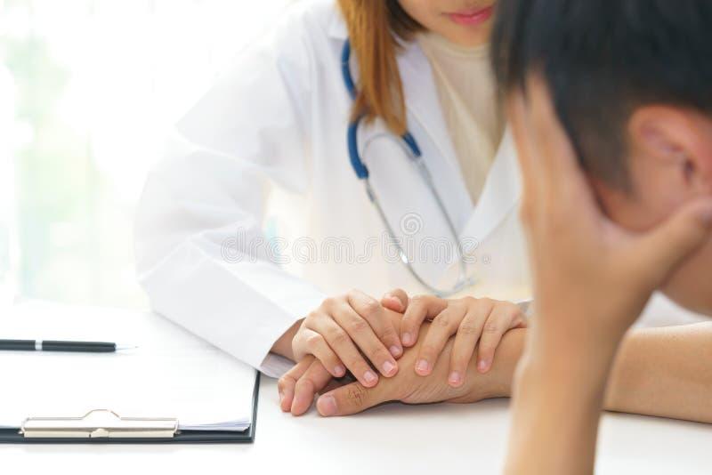 Mãos pacientes tocantes do doutor fêmea para alegre fotos de stock