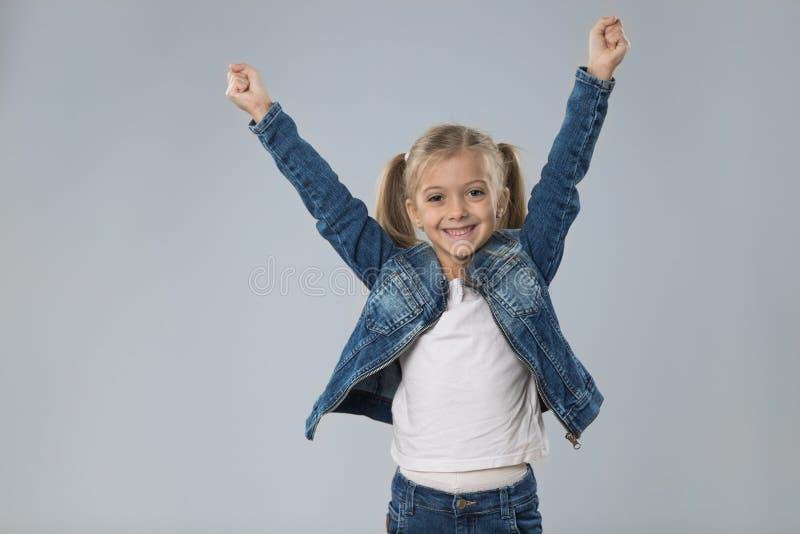 Mãos pequenas entusiasmado da posse do adolescente acima, criança de sorriso feliz pequena imagem de stock