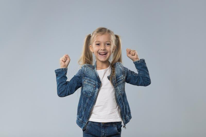Mãos pequenas entusiasmado da posse do adolescente acima, criança de sorriso feliz pequena imagens de stock royalty free